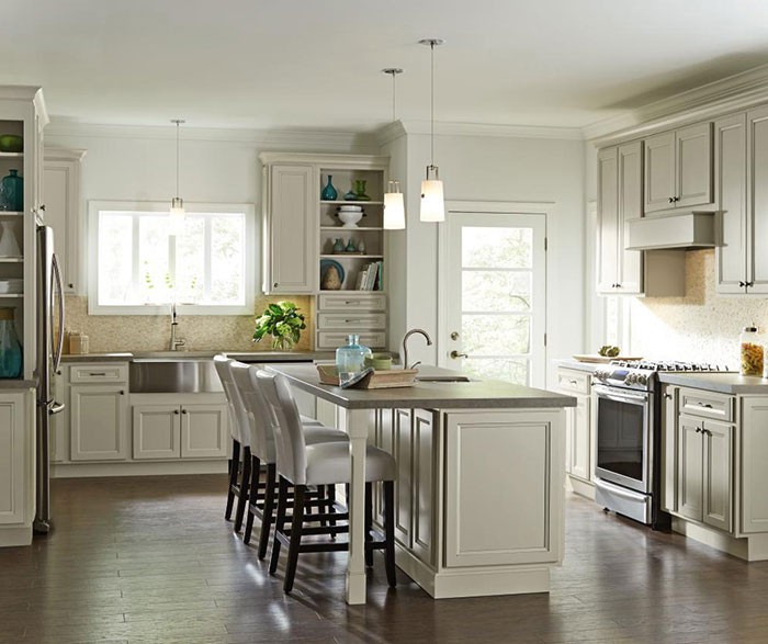 Creamy glazed cabinets in a casual kitchen by Homecrest Cabinetry