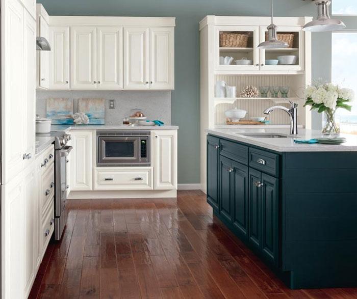 Merveilleux ... Alpine White Glazed Cabinets With Cadet Blue Kitchen Island ...